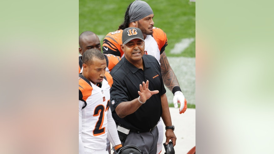 Cincinnati Bengals head coach Marvin Lewis talks to his defense on the sidelines in the second quarter of an NFL football game against the Cleveland Browns, Sunday, Sept. 29, 2013, in Cleveland. (AP Photo/Tony Dejak)