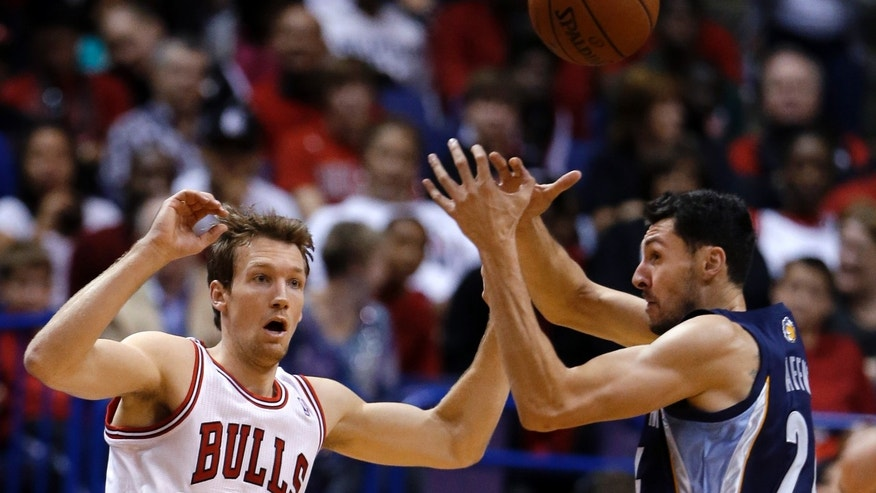 Memphis Grizzlies' Tony Gaffney, right, tries to grab a pass intended for Chicago Bulls' Mike Dunleavy during the first half of an NBA preseason basketball game Monday, Oct. 7, 2013, in St. Louis. (AP Photo/Jeff Roberson)
