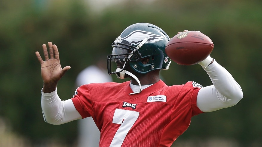Philadelphia Eagles quarterback Michael Vick throws a pass during practice at the NFL football team's training facility, Tuesday, Oct. 22, 2013, in Philadelphia. (AP Photo/Matt Rourke)