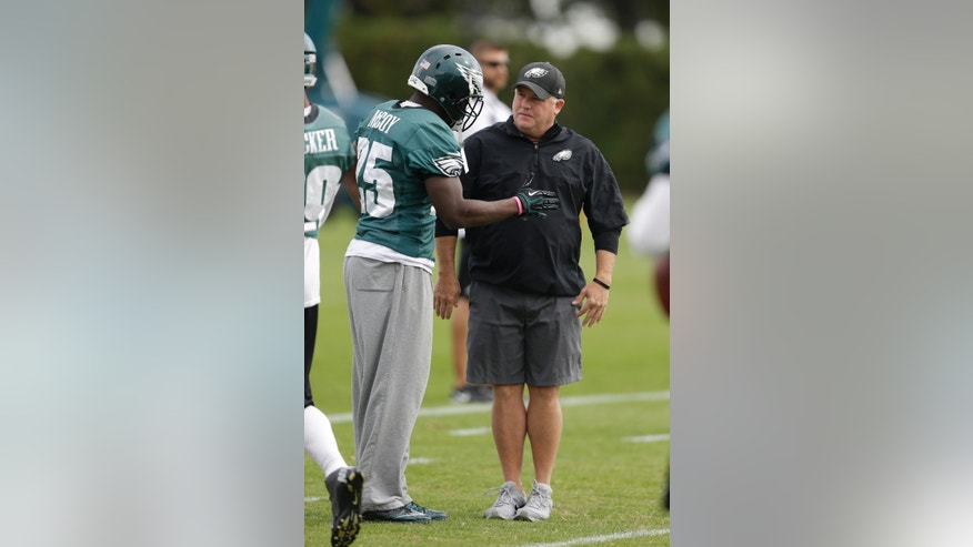 Philadelphia Eagles head coach Chip Kelly meets with running back LeSean McCoy during practice at the NFL football team's training facility, Tuesday, Oct. 22, 2013, in Philadelphia. (AP Photo/Matt Rourke)
