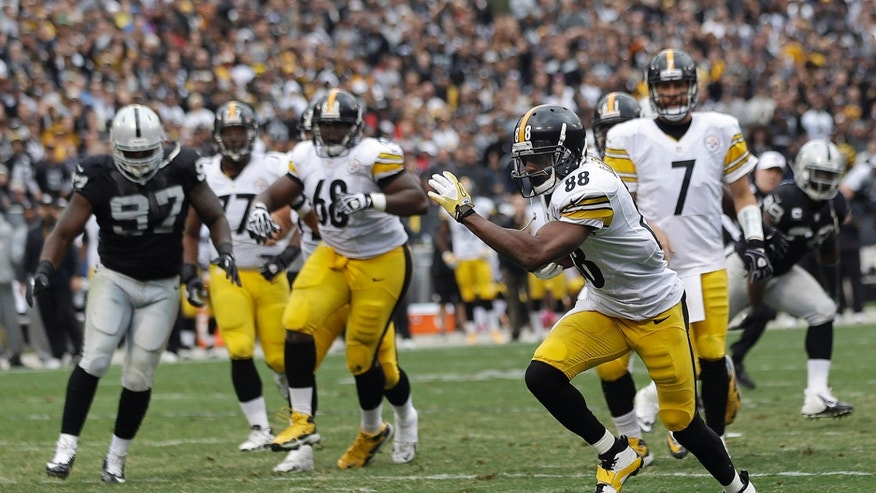 Pittsburgh Steelers wide receiver Emmanuel Sanders (88) runs toward the end zone to score on a 9-yard touchdown reception from quarterback Ben Roethlisberger (7) during the fourth quarter of an NFL football game against the Oakland Raiders in Oakland, Calif., Sunday, Oct. 27, 2013. (AP Photo/Marcio Jose Sanchez)