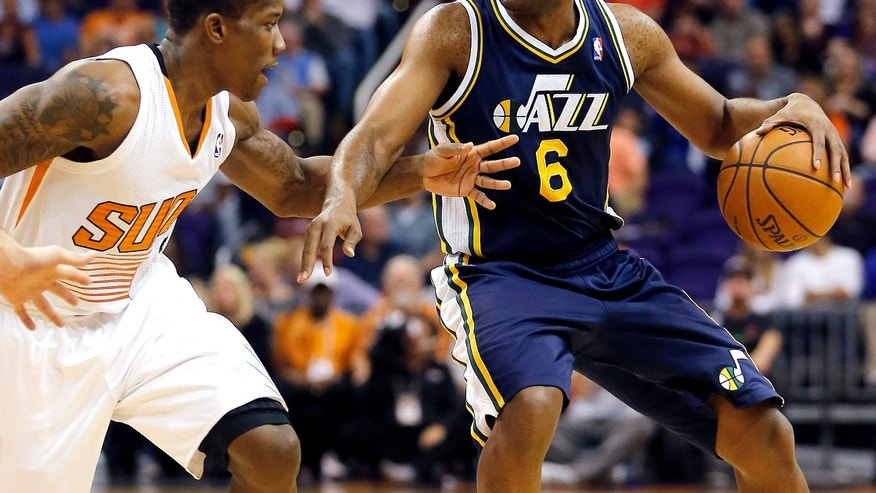 Phoenix Suns Eric Bledsoe, left, defends against Utah Jazz guard Jamaal Tinsley (6) during the first half of an NBA basketball game Friday, Nov. 1, 2013, in Phoenix. (AP Photo/Matt York)