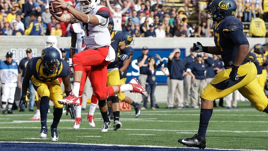 California wide receiver Kenny Lawler (4) catches a 3-yard touchdown pass from quarterback Jared Goff past Arizona cornerback Jonathan McKnight, right, during the third quarter of an NCAA college football game in Berkeley, Calif., Saturday, Nov. 2, 2013. (AP Photo/Jeff Chiu)