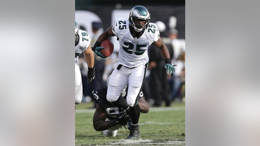 Philadelphia Eagles running back LeSean McCoy (25) runs past Oakland Raiders defensive tackle Stacy McGee (92) during the third quarter of an NFL football game in Oakland, Calif., Sunday, Nov. 3, 2013. (AP Photo/Marcio Jose Sanchez)