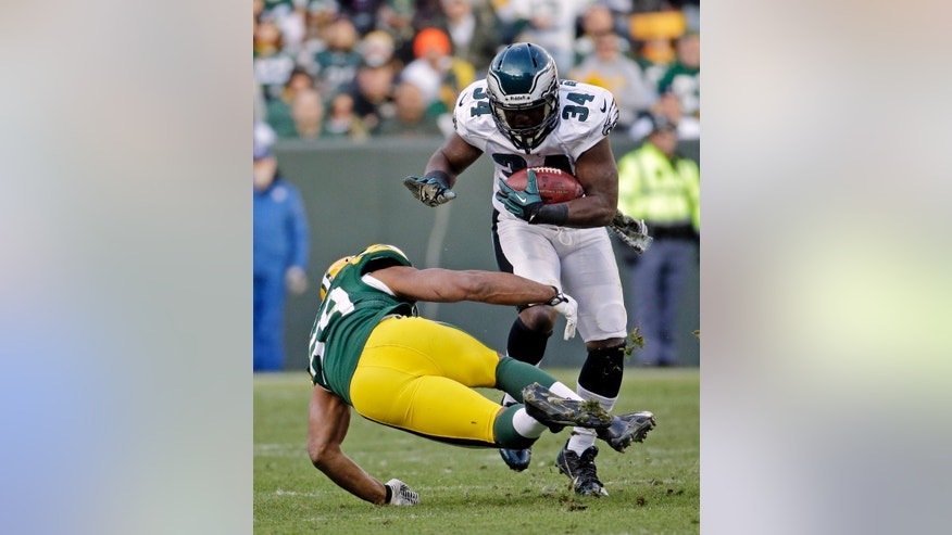 Philadelphia Eagles' Bryce Brown runs past Green Bay Packers' Brad Jones during the second half of an NFL football game Sunday, Nov. 10, 2013, in Green Bay, Wis. The Eagles won 27-13. (AP Photo/Morry Gash)