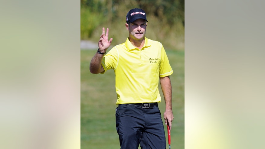Kevin Streelman of the U.S. acknowledges the crowd after a birdie on the 15th hole during the first round of the World Cup of Golf at Royal Melbourne Golf Course in Melbourne, Australia, Thursday, Nov. 21, 2013. (AP Photo/Andy Brownbill)