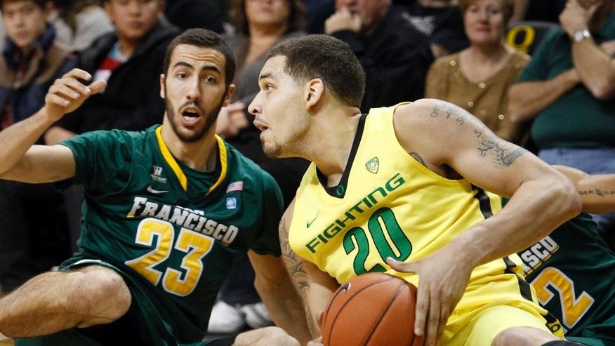 San Francisco's Mark Tollefsen, left, and Oregon's Waverly Austin go to the floor for a loose ball during the first half of an NCAA college basketball game in Eugene, Ore.,  on Sunday, Nov. 24, 2013. (AP/CHRIS PIETSCH)