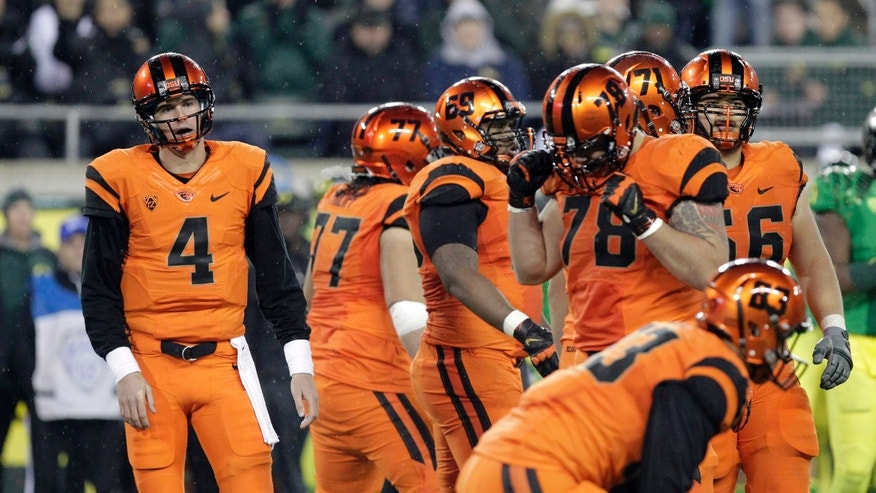 Oregon State quarterback Sean Mannion, left, looks to the sideline during the second half of an NCAA college football game against Oregon in Eugene, Ore., Friday, Nov. 29, 2013. Oregon won 36-35. (AP Photo/Don Ryan)