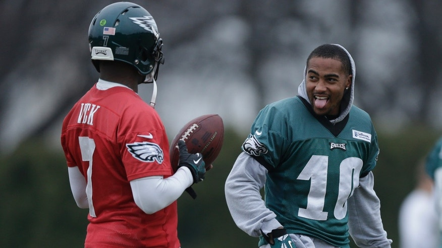 Philadelphia Eagles quarterback Michael Vick, left, meets with wide receiver DeSean Jackson during practice at the NFL football team's training facility, Thursday, Dec. 5, 2013, in Philadelphia. (AP Photo/Matt Rourke)