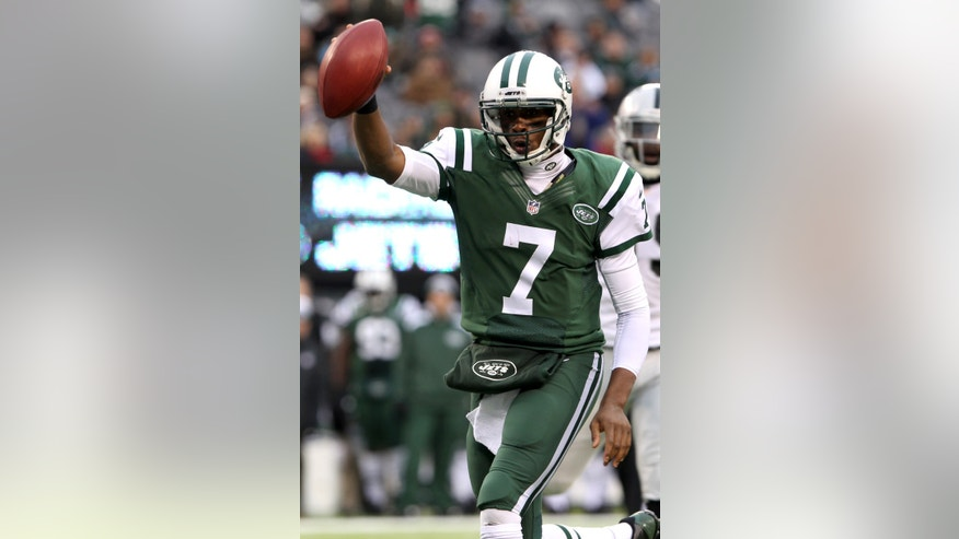 New York Jets quarterback Geno Smith (7) scores on a touchdown run against the Oakland Raiders during the second half of an NFL football game, Sunday, Dec. 8, 2013, in East Rutherford, N.J. (AP Photo/Peter Morgan)