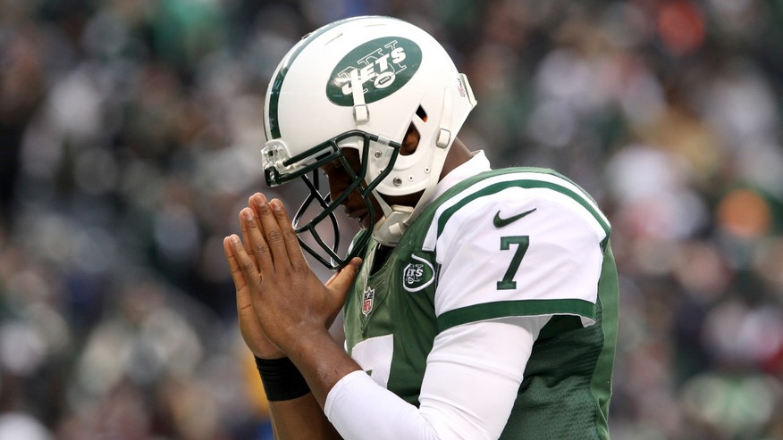 New York Jets quarterback Geno Smith gestures after scoring on a touchdown run against the Oakland Raiders during the second half of an NFL football game on Sunday, Dec. 8, 2013, in East Rutherford, N.J. (AP Photo/Peter Morgan)