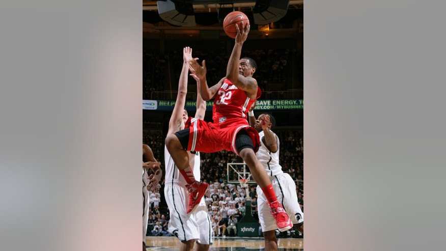 Ohio State's Lenzelle Smith Jr. (32) shoots between Michigan State's Kenny Kaminski, left, and Keith Appling during the first half of an NCAA college basketball game, Tuesday, Jan. 7, 2014, in East Lansing, Mich. (AP Photo/Al Goldis)