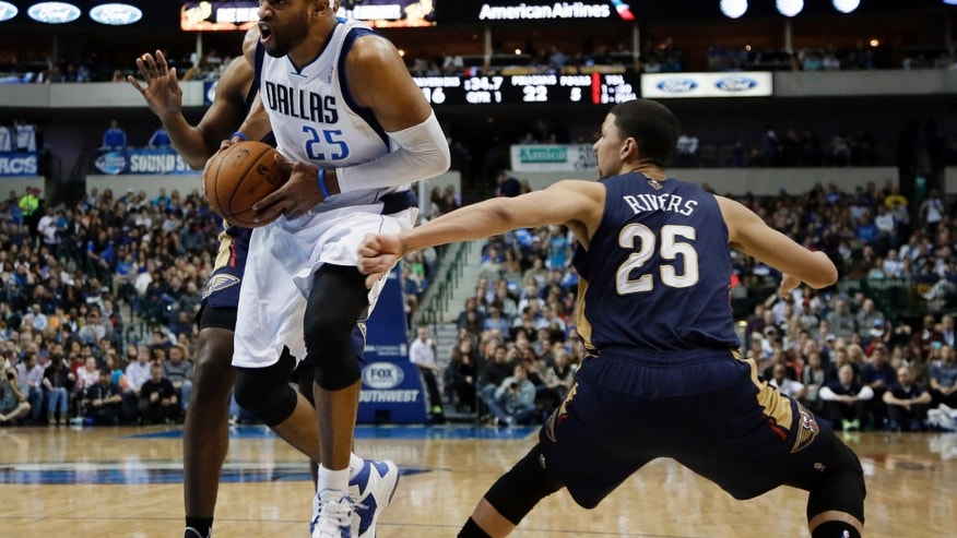 Dallas Mavericks' Vince Carter (25) drives past New Orleans Pelicans' Anthony Morrow, rear, and Austin Rivers (25) on his way to the basket during the first half of an NBA basketball game, Saturday, Jan. 11, 2014, in Dallas. (AP Photo/Tony Gutierrez)