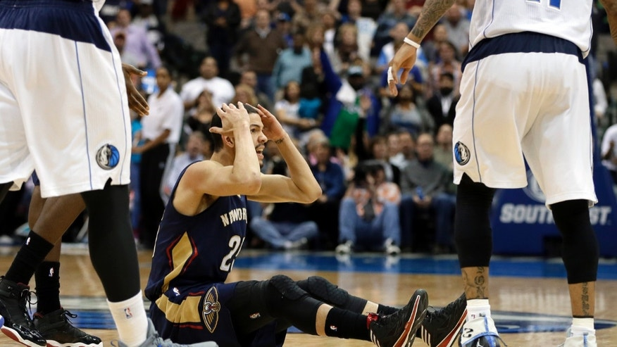 New Orleans Pelicans' Austin Rivers (25) reaches to his head with his hands after looking for a foul call against the Dallas Mavericks as time ran in the second half of an NBA basketball game, Saturday, Jan. 11, 2014, in Dallas. The Mavericks won 110-107. (AP Photo/Tony Gutierrez)