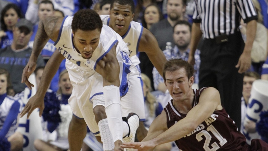 Kentucky's James Young, left, and Texas A&M's Alex Caruso (21) go after a loose ball during the first half of an NCAA college basketball game, Tuesday, Jan. 21, 2014, in Lexington, Ky. (AP Photo/James Crisp)
