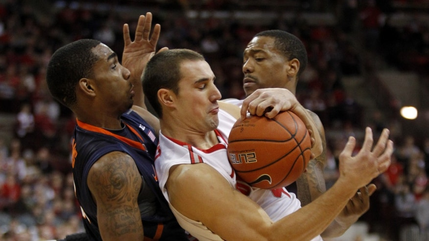 Ohio State's Aaron Craft, center, and teammate Lenzelle Smith Jr., right, work for a loose ball against Illinois Tracy Abrams, left, during the first half of an NCAA college basketball game in Columbus, Ohio, Thursday, Jan. 23, 2014. ( AP Photo/Paul Vernon)