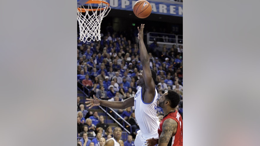 Kentucky's Julius Randle, left, shoots next to Georgia's Marcus Thornton, right, during the first half of an NCAA college basketball game, Saturday, Jan. 25, 2014, in Lexington, Ky. (AP Photo/James Crisp)