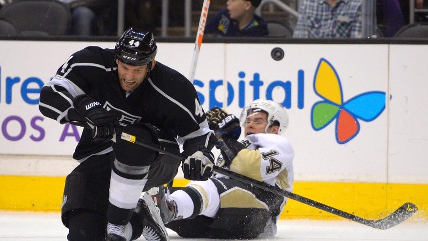 Los Angeles Kings defenseman Robyn Regehr, right, of Brazil, and Pittsburgh Penguins left wing Chris Kunitz collide during the first period of an NHL hockey game, Thursday, Jan. 30, 2014, in Los Angeles. (AP Photo)