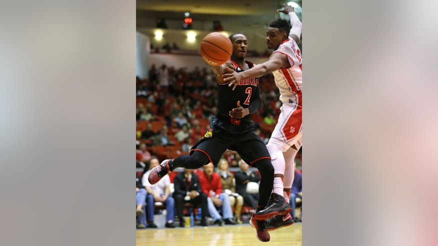 Louisville guard Russ Smith (2) passes the ball away from Houston guard Danuel House during the first half of an NCAA college basketball game, Wednesday, Feb. 5, 2014, in Houston. (AP Photo/Patric Schneider)