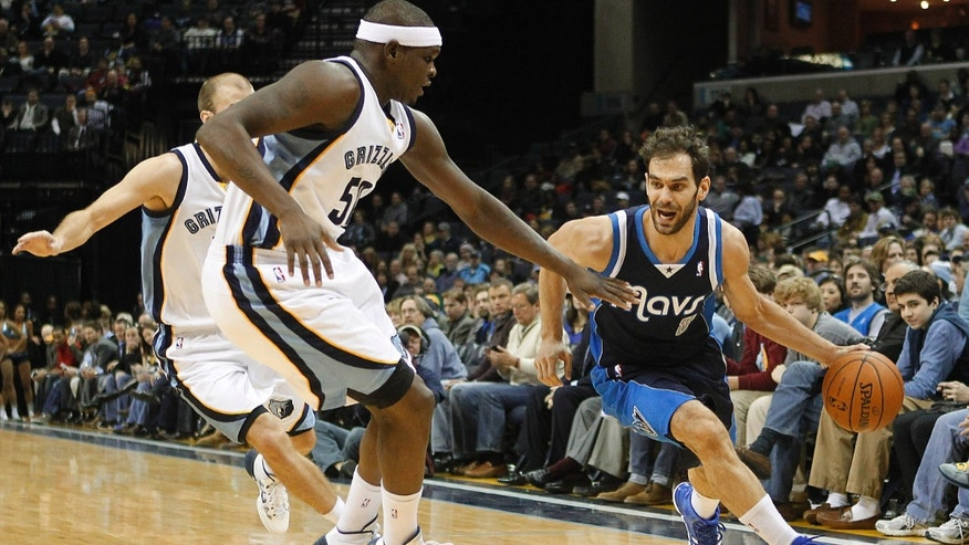 Dallas Mavericks guard Jose Calderon (8), of Spain, passes Memphis Grizzlies forward Zach Randolph (50) and guard Nick Calathes in the first half of an NBA basketball game, Wednesday, Feb. 5, 2014, in Memphis, Tenn. (AP Photo/Lance Murphey)