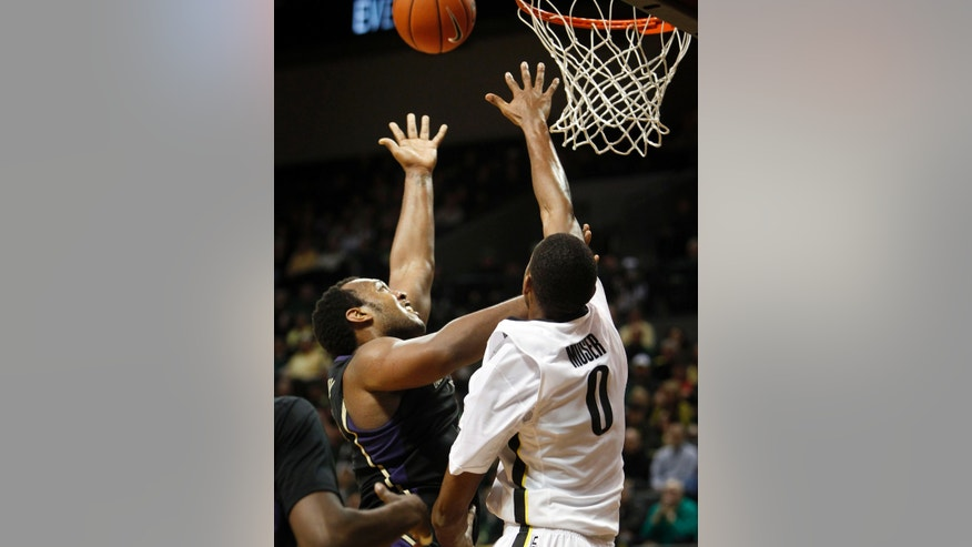 Washington's Perris Blackwell, left, shoots over Oregon's Mike Moser during the second half of an NCAA college basketball game in Eugene, Ore., on Wednesday, Feb. 19, 2014. (AP Photo/Chris Pietsch)