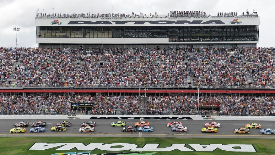 The field take the green flag to start the NASCAR Daytona 500 Sprint Cup series auto race at Daytona International Speedway, Sunday, Feb. 23, 2014, in Daytona Beach, Fla. (AP Photo/John Raoux)