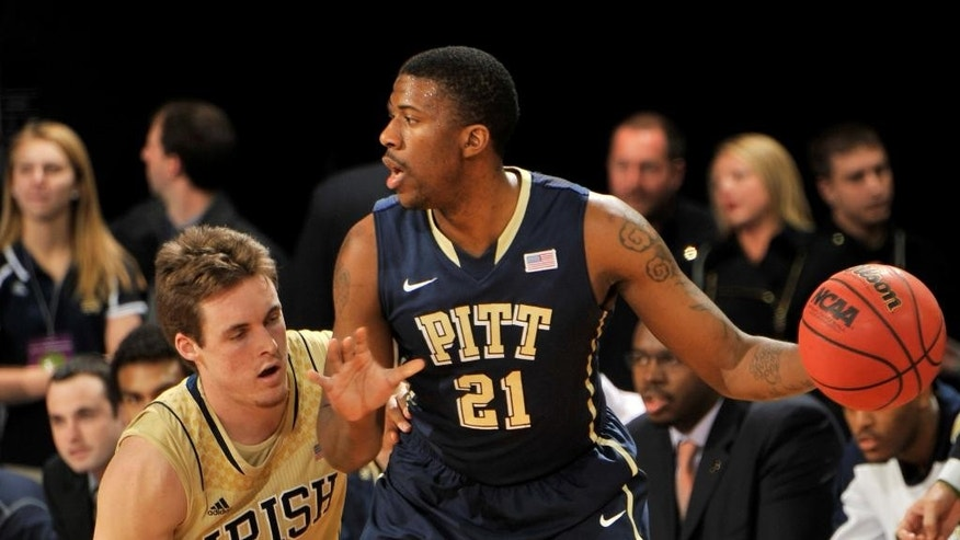 Pittsburgh guard Lamar Patterson, right, looks to pass around around Notre Dame guard Pat Connaughton in the first half of an NCAA college basketball game Saturday, March 1, 2014, in South Bend, Ind. (AP Photo/Joe Raymond)