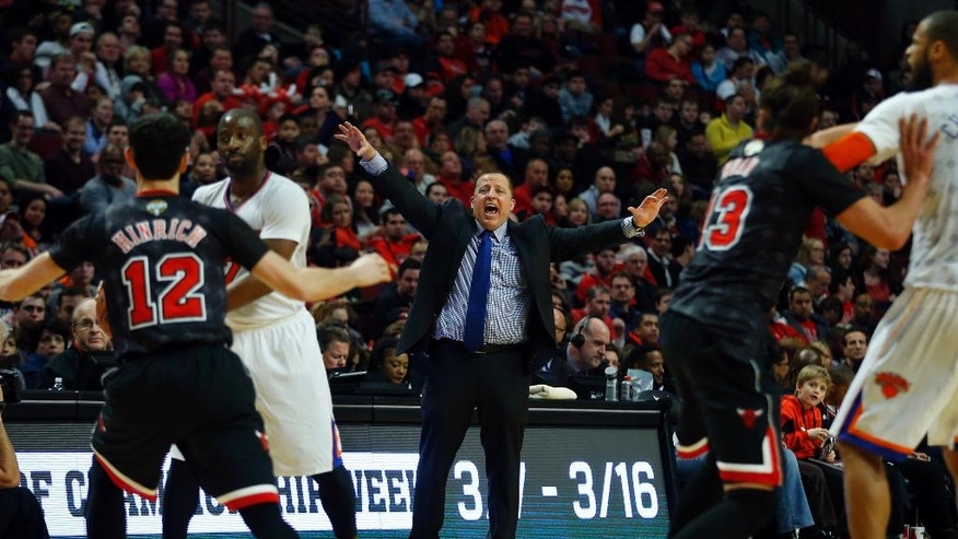 Chicago Bulls head coach Tom Thibodeau, center, calls out a play as his team plays the New York Knicks during the first half of an NBA basketball game on Sunday, March 2, 2014, in Chicago. (AP Photo/Jeff Haynes)
