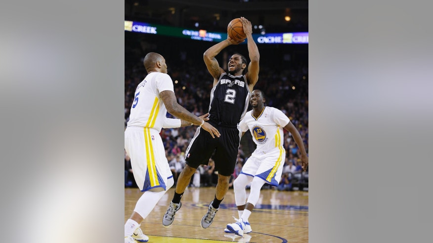 San Antonio Spurs forward Kawhi Leonard shoots as Golden State Warriors forwards Marreese Speights, left, and Draymond Green, right, watch during the second quarter of an NBA basketball game Saturday, March 22, 2014, in Oakland, Calif. (AP Photo/Eric Risberg)