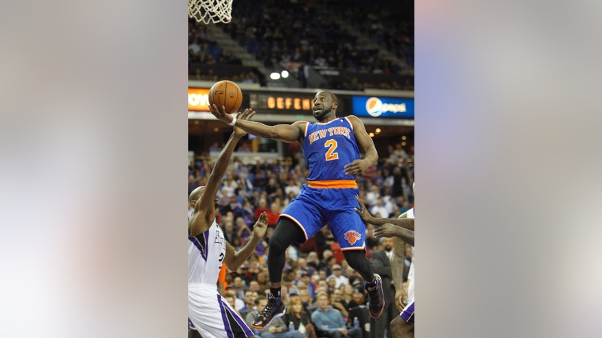 New York Knicks guard Raymond Felton (2) drives to the basket against Sacramento Kings defender Travis Outlaw (25) during the first half of an NBA basketball game in Sacramento, Calif., on Wednesday, March 26, 2014.(AP Photo/Steve Yeater)