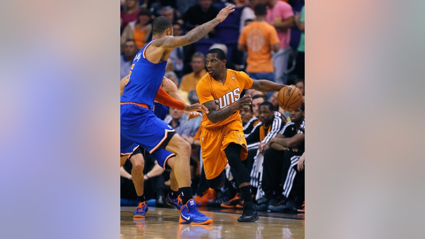 New York Knicks' Tyson Chandler, left, defends against Phoenix Suns' Eric Bledsoe, right, during the first half of an NBA basketball game, Friday, March 28, 2014, in Phoenix (AP Photo/Matt York)