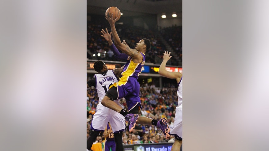 Los Angeles Lakers guard Kent Bazemore, center, drives to the basket against Sacramento Kings guard Ben McLemore during the first quarter of an NBA basketball game Wednesday, April 2, 2014, in Sacramento, Calif. (AP Photo/Rich Pedroncelli)