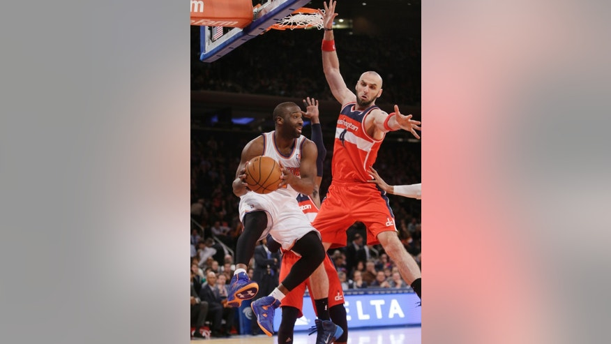 New York Knicks' Raymond Felton (2) passes away from Washington Wizards' Marcin Gortat (4) during the first half of an NBA basketball game Friday, April 4, 2014, in New York. (AP Photo/Frank Franklin II)