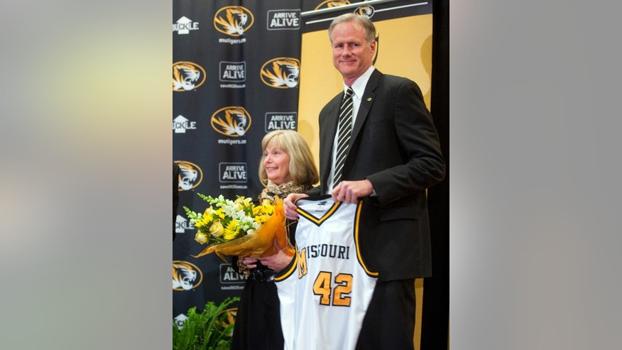 New Missouri men's basketball coach Kim Anderson and his wife Melissa are presented with a jersey and flowers as he is introduced at an NCAA college basketball news conference in the Reynolds Alumni Center on Tuesday, April 29, 2014, in Columbia, Mo. (AP Photo/L.G. Patterson
