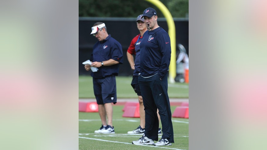 New Houston Texans coach Bill O'Brien, right, watches during a voluntary veteran NFL football minicamp  Tuesday, May 6, 2014, in Houston. He takes over a team that was expected to contend for a Super Bowl but instead fell to a league-worst 2-14 last season. (AP Photo/Pat Sullivan)