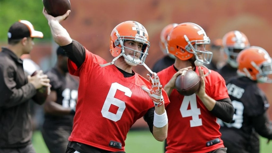Cleveland Browns quarterback Brian Hoyer (6) passes during an off-season practice at the NFL football team's facility in Berea, Ohio Wednesday, May 21, 2014. (AP Photo/Mark Duncan)