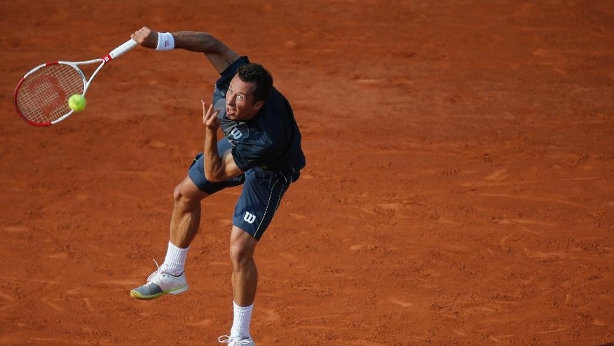 Germany's Philipp Kohlschreiber serves the ball to Britain's Andy Murray during their third round match of  the French Open tennis tournament at the Roland Garros stadium, in Paris, France, Saturday, May 31, 2014. (AP Photo/David Vincent)