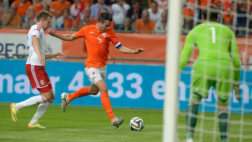 Netherlands Robin van Persie, right, fights for the ball with Chris Gunter from Wales, during the international friendly soccer match between The Netherlands and Wales at ArenA stadium in Amsterdam, Netherlands, Wednesday , June 4, 2014. (AP photo/Ermindo Armino).