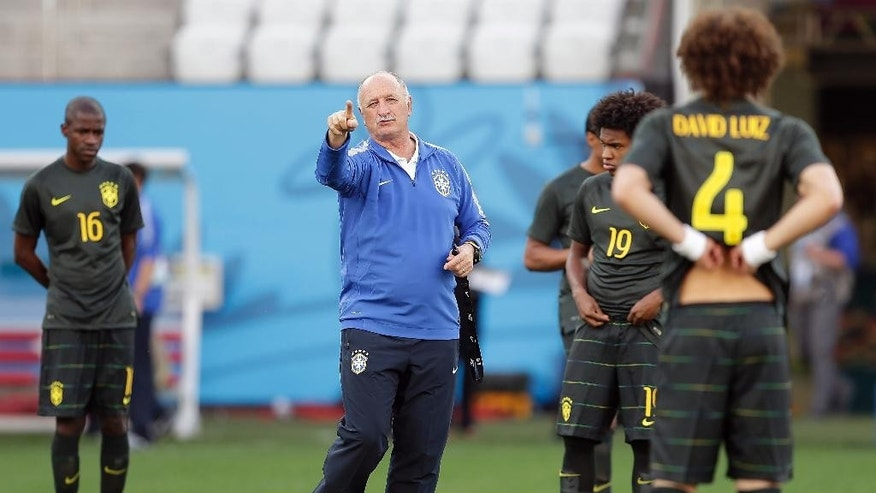 Brazil's coach Luiz Felipe Scolari, center, points to his players during an official training session the day before the group A World Cup soccer match between Brazil and Croatia in the Itaquerao Stadium, Sao Paulo       , Brazil, Wednesday, June 11, 2014.  (AP Photo/Andre Penner)