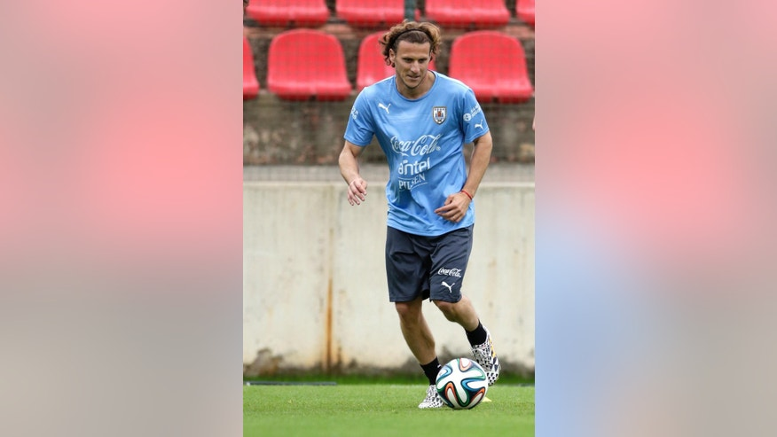Uruguay's Diego Forlan trains with his team at Arena do Jacare Stadium before the start of the World Cup soccer tournament in Sete Lagoas, Brazil, Thursday, June 12, 2014.  (AP Photo/Bruno Magalhaes)
