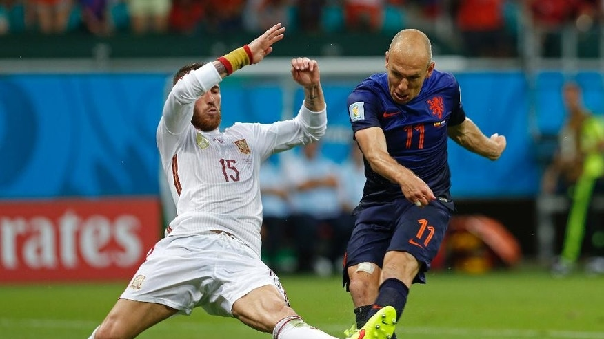 Netherlands' Arjen Robben kicks the ball past Spain's Sergio Ramos to score his side's second goal during the second half of the group B World Cup soccer match between Spain and the Netherlands at the Arena Ponte Nova in Salvador, Brazil, Friday, June 13, 2014. (AP Photo/Wong Maye-E)