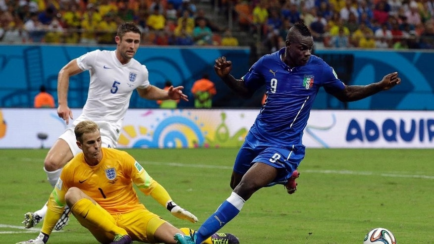 Italy's Mario Balotelli, right, is closed down by England's goalkeeper Joe Hart and  Gary Cahill, rear, during the group D World Cup soccer match between England and Italy at the Arena da Amazonia in Manaus, Brazil, Saturday, June 14, 2014.  (AP Photo/Matt Dunham)