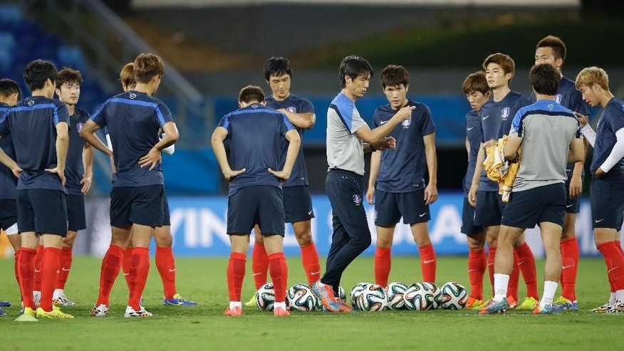 South Korea national soccer team coach Hong Myung-bo, center, talks to players during an official training session the day before the group H World Cup soccer match between Russia and South Korea at the Arena Pantanal in Cuiaba, Brazil, Monday, June 16, 2014. (AP Photo/Lee Jin-man)