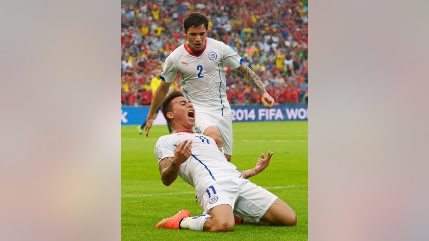 Chile's Eduardo Vargas celebrates after scoring the opening goal during the group B World Cup soccer match between Spain and Chile at the Maracana Stadium in Rio de Janeiro, Brazil, Wednesday, June 18, 2014.    (AP Photo/Manu Fernandez)