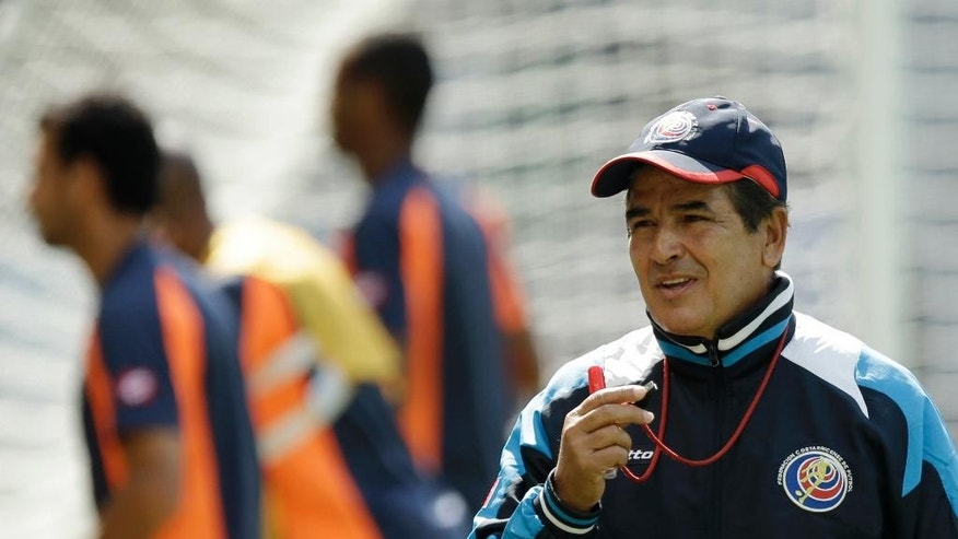 Costa Rica's head coach Jorge Luis Pinto supervises his players during an official training session the day before the group D World Cup soccer match between Costa Rica and England at the Mineirao Stadium in Belo Horizonte, Brazil, Monday, June 23, 2014. (AP Photo/Matt Dunham)