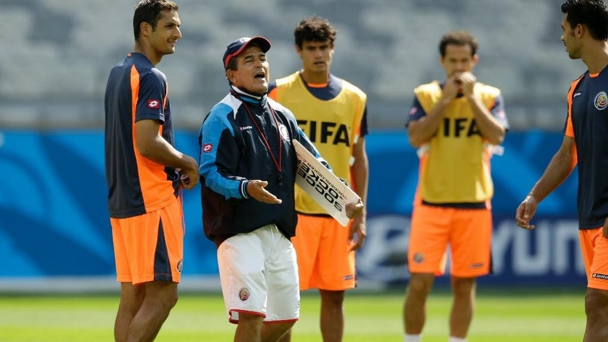 Costa Rica's head coach Jorge Luis Pinto, second left, speaks to his players during an official training session the day before the group D World Cup soccer match between Costa Rica and England at the Mineirao Stadium in Belo Horizonte, Brazil, Monday, June 23, 2014. (AP Photo/Matt Dunham)