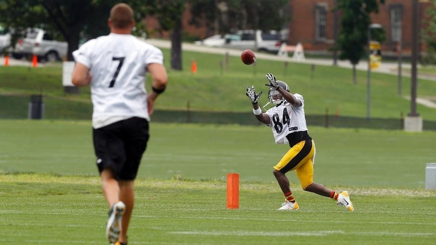 Pittsburgh Steelers wide receiver Antonio Brown (84) catches a pass from quarterback Ben Roethlisberger (7) during practice at NFL football training camp in Latrobe, Pa., Sunday, July 27, 2014. (AP Photo/Keith Srakocic)