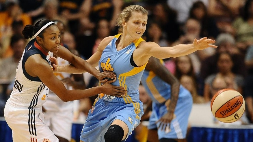Chicago Sky's Allie Quigley steals the ball from Connecticut Sun's Renee Montgomery, left, during the second half of a WNBA basketball game, Tuesday, Aug. 5, 2014, in Uncasville, Conn. The Sky won 82-66. (AP Photo/Jessica Hill)