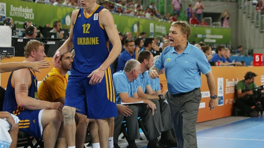 FILE - In this Sept. 19, 2013, file photo, Ukraine coach Mike Fratello, right, shouts to his player Maxym Korniyenko during a EuroBasket European Basketball Championship quarterfinal match against Croatia in Ljubljana, Slovenia. Fratello won 667 games as an NBA coach, though none since the 2006-07 season with Memphis. He's best known now for his work as a TV analyst, and the Hackensack, N.J., native's only work on the sidelines now comes with the Ukrainians. He has led them since 2012 and now takes them to their first appearance in the FIBA Basketball World Cup. (AP Photo/Thanassis Stavrakis, File)
