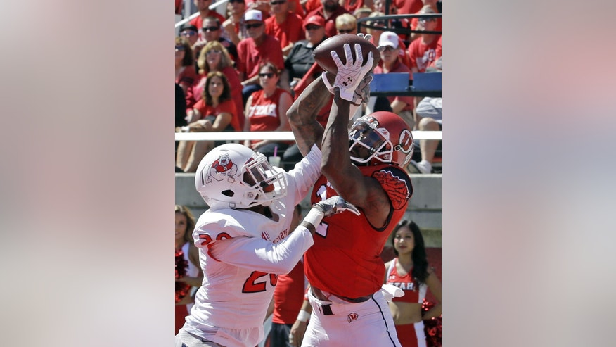 Utah wide receiver Kenneth Scott, right, catches a touch down pass as Fresno State defensive back Malcolm Washington, left, defends in the first quarter during an NCAA college football game Saturday, Sept. 6, 2014, in Salt Lake City.  (AP Photo/Rick Bowmer)
